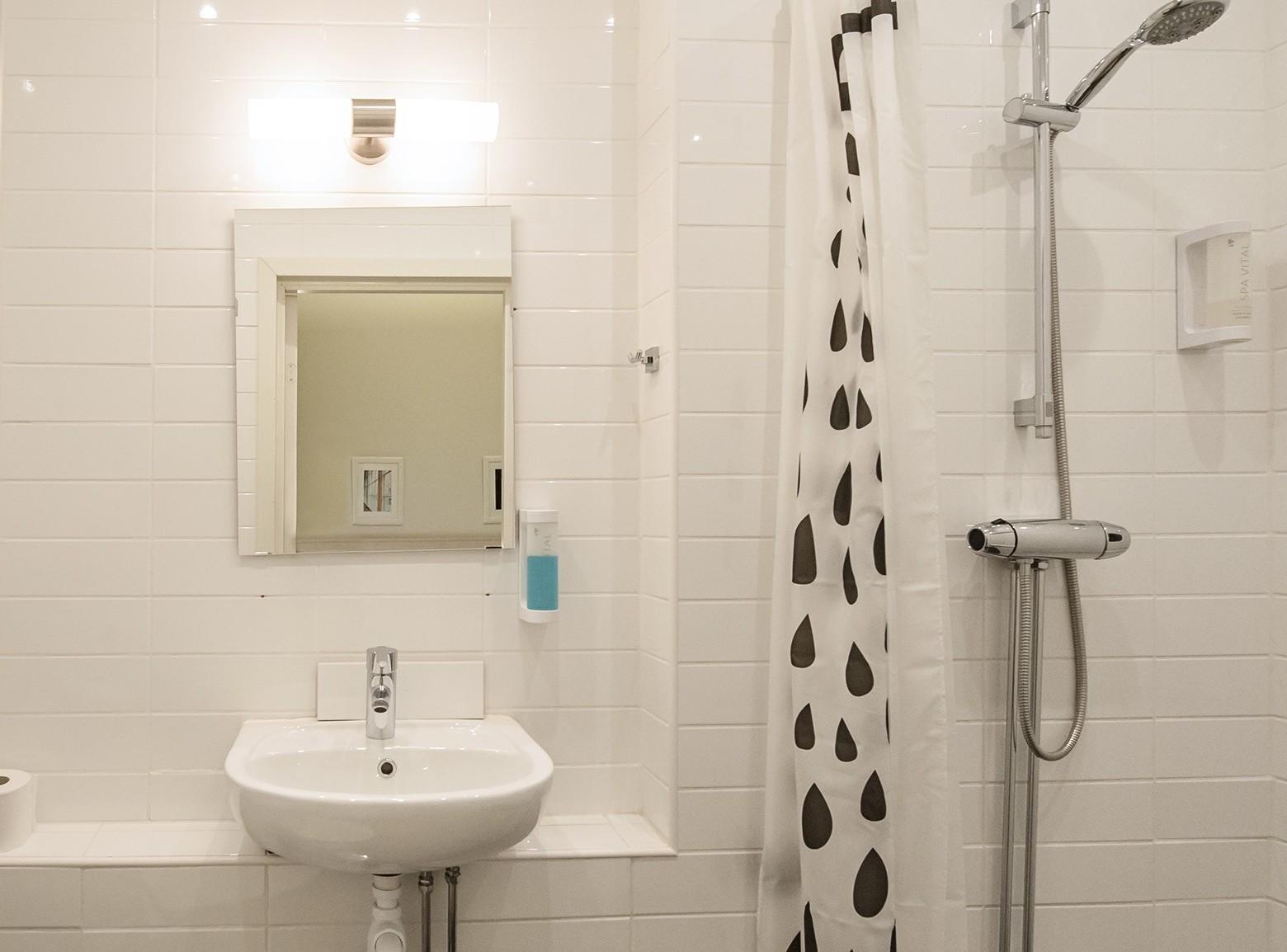 Unique Hotel - Hotel Stockholm City | Dubbelrum | Unique Hotel : fönster i dusch : Fönster